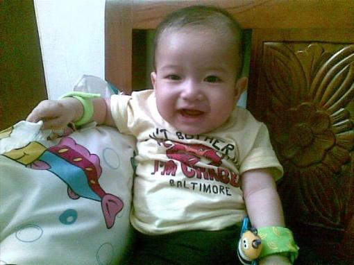 bebe Lana usia 7 bulan 2 minggu (cute kaan...walo blum ada rambutna :P )