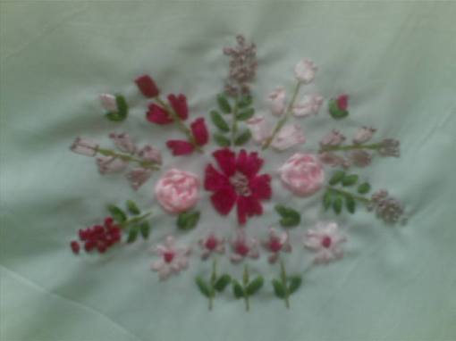 aplikasi sulam pita pink fuchsia kombinasi lilac di mukena katun kombinasi garis, bagus banget yak (bisa didapetin di mukena katun garis koleksi www.lanaline.com)